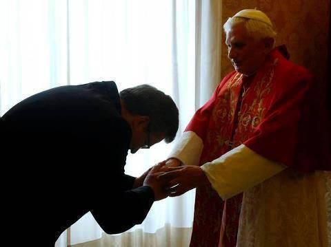 """Na zdjęciu powyżej: """"hołd watykański"""" - prezydent rzekomo suwerennego państwa, jakim jest przenajświętsza III RP, składa hołd lenny przez cezarem (imperatorem), czyli aktualnym papieżem"""
