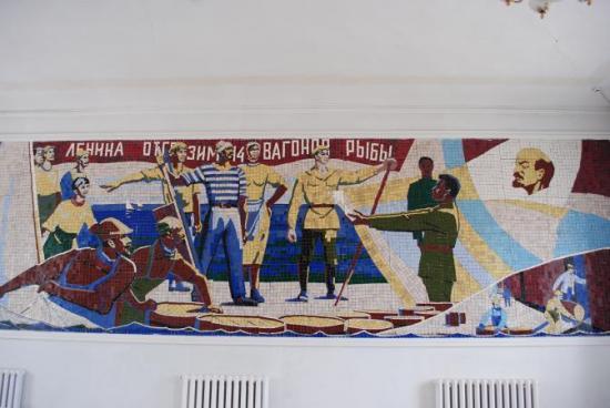 """Mozaika na stacji pociągowej o nazwie """"Morze Aralskie"""" na której towarzysz Lenin pozdrawia rybaków z Aralska. Towarzyszu Lenin – gdzie jest morze?"""