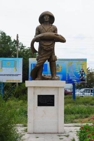 Aralsk – pomnik przedstawiający rybaka ze złowioną rybą. Dziś tylko w muzeum w formalinie