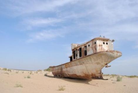 Kuter rybacki na dnie Morza Aralskiego – Moynaq (Uzbekistan)